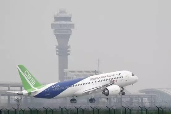 图片来源:Andy Wong/Associated Press 一架中国生产的C919客机从上海浦东国际机场起飞。中国和俄罗斯将研制更大型的双通道客机,中国称该机型为C929。 中国与俄罗斯联合成立中俄国际商用飞机有限责任公司,研制挑战空中客车集团(Airbus Group, EADSY)和波音公司(Boeing Co., BA)的大飞机,这是中俄关系持续增强的最新迹象。 分别为中俄国有航空业巨头的中国商用飞机有限责任公司(Commercial Aircraft Corporation of China